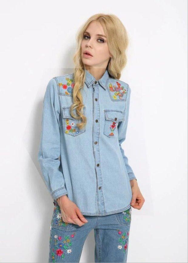 женская модная рубашка: джинсовая с принтом на грудных карманах