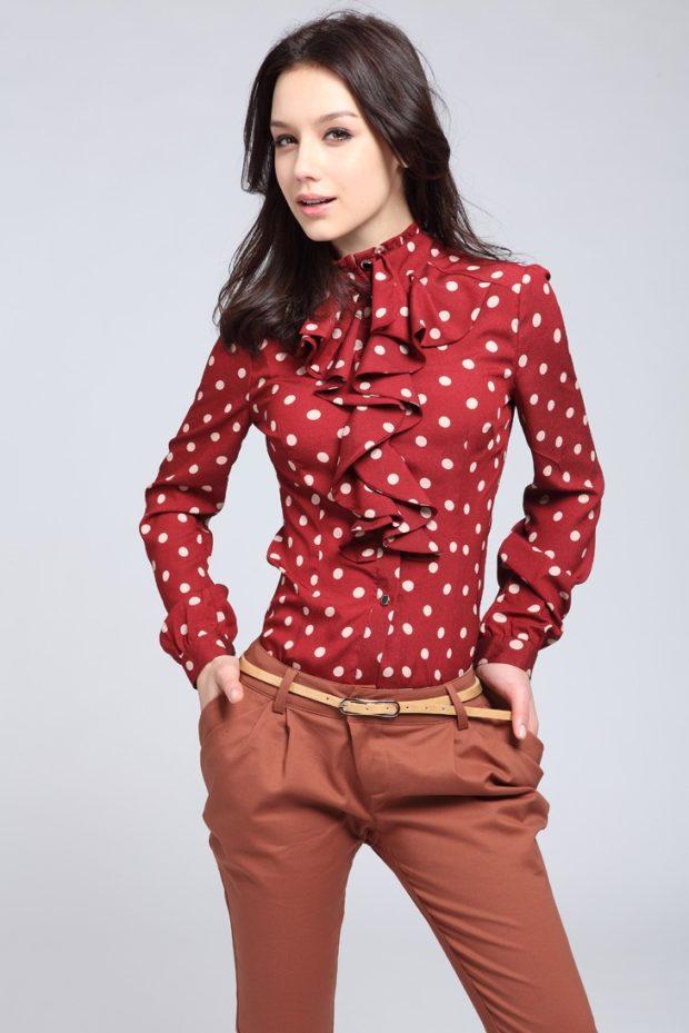 женская модная рубашка: красная с рюшами в белую точку