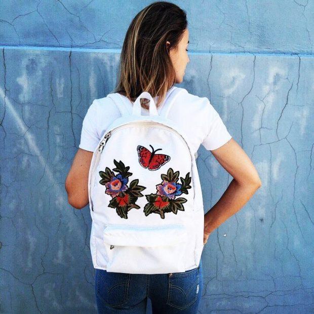 рюкзак кожаный белый с нашивками цветы