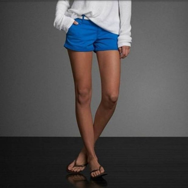 короткие синие шорты тканевые