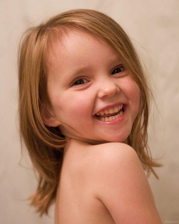 прическа для девочки: лесенка по плечи