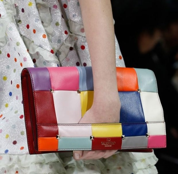 модные сумки весна 2021: клатч цветной