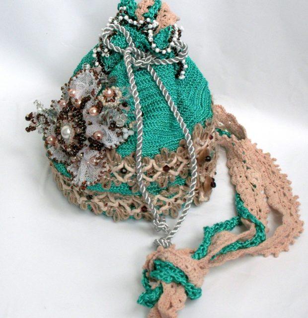 сумка-кисет зеленая с декором цветы перья бусинки