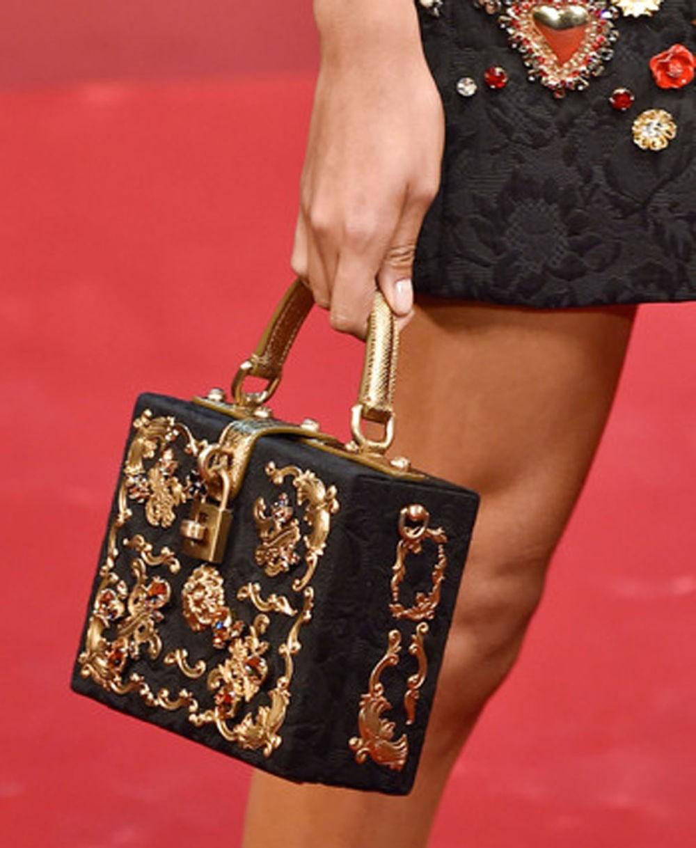 сумка в форме чемодана черная с золотом