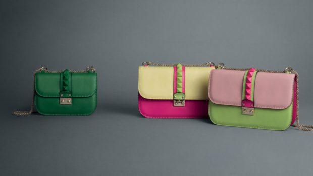 сумки на весну лето 2021: маленькие яркие на цепочке