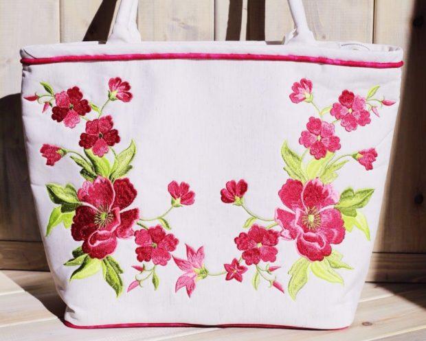 белая сумка с цветами
