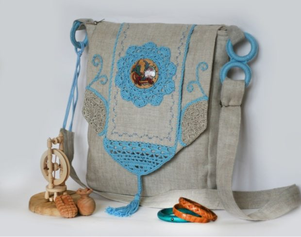сумка из льна с голубыми украшениями