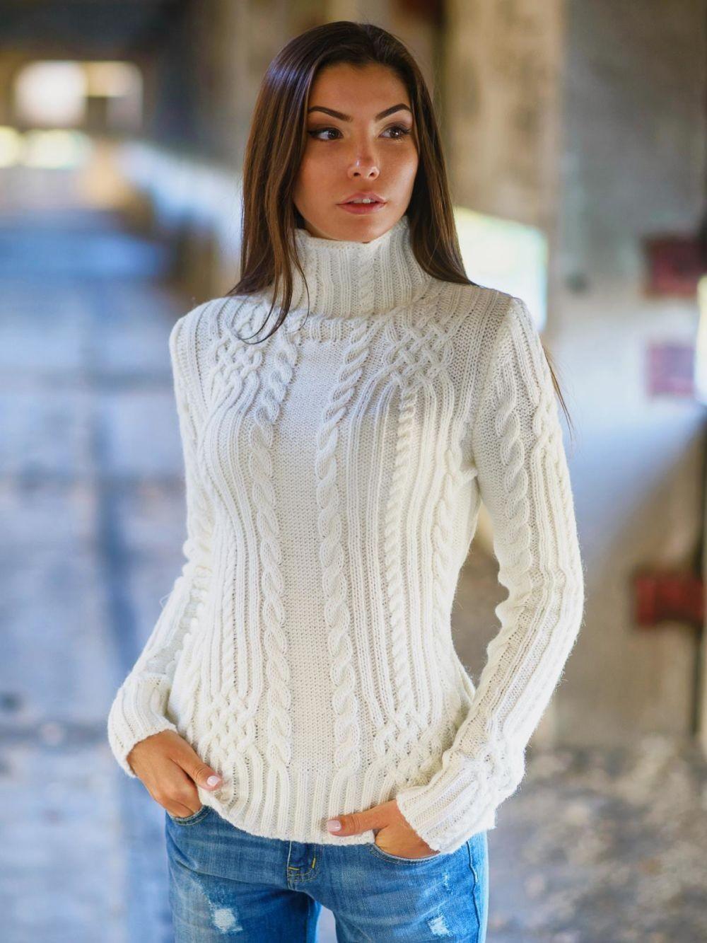 свитер белый под горло