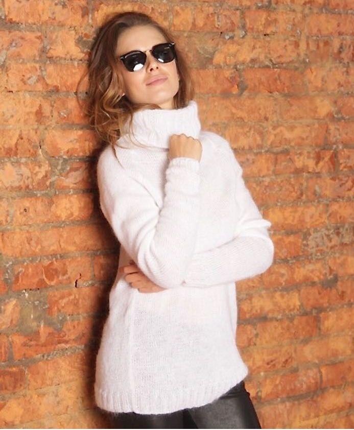 шерстяной свитер под горло белый удлиненный