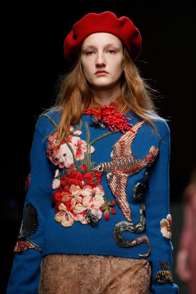 свитер с коллаборацией цветков и птиц