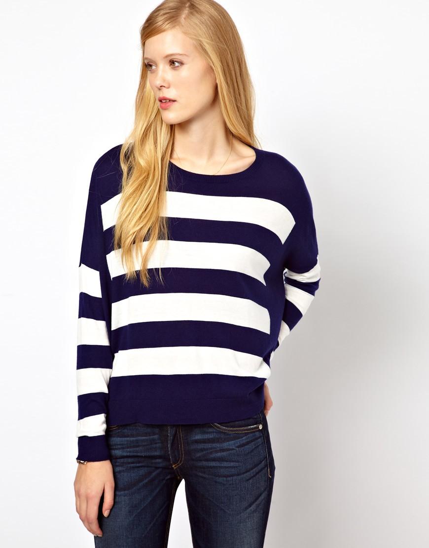 свитер в полоску синюю с белым