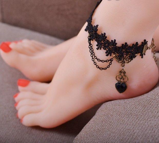 модная бижутерия 2019-2020: браслет ажурный черный на ногу
