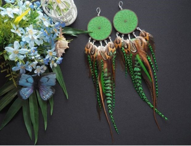 висячие сережки из перьев