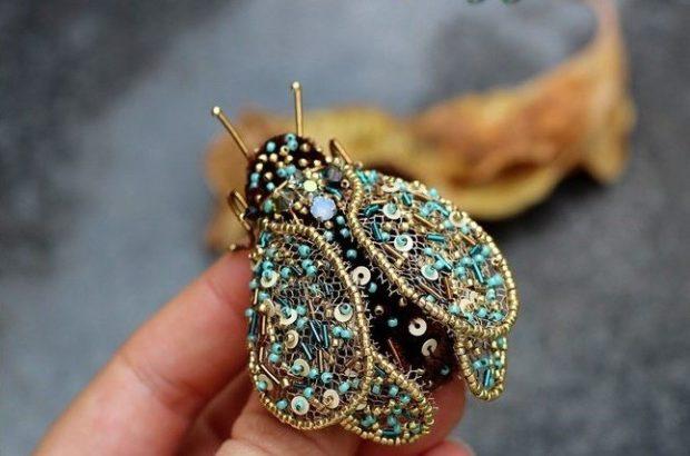 модная бижутерия 2018-2019: брошка из камней в виде насекомого