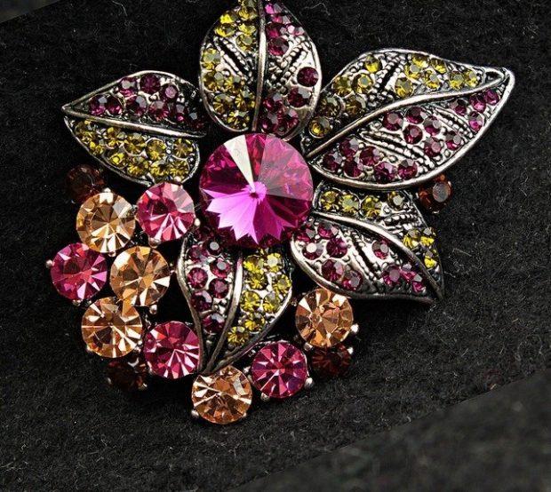 модная бижутерия 2019-2020: брошка из ярких камней цветок