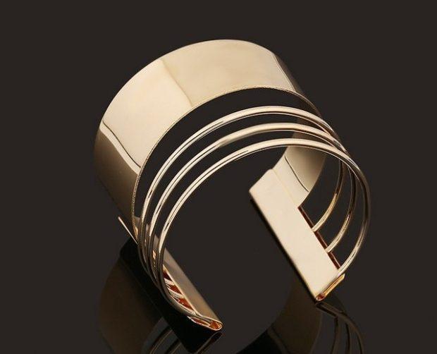 модная бижутерия 2018-2019: золотой браслет-кольцо широкий