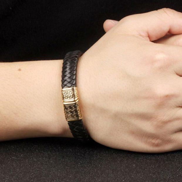 модная бижутерия 2019-2020: кожаный браслет переплетенный с золотой застежкой