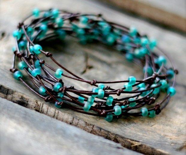 браслет плетеный с бусинками бирюзового цвета