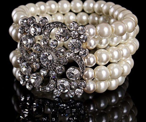 широкий браслет из жемчуга белого с украшение из серебра