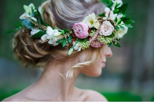 украшения для волос 2018-2019: венок на голову из цветных цветков