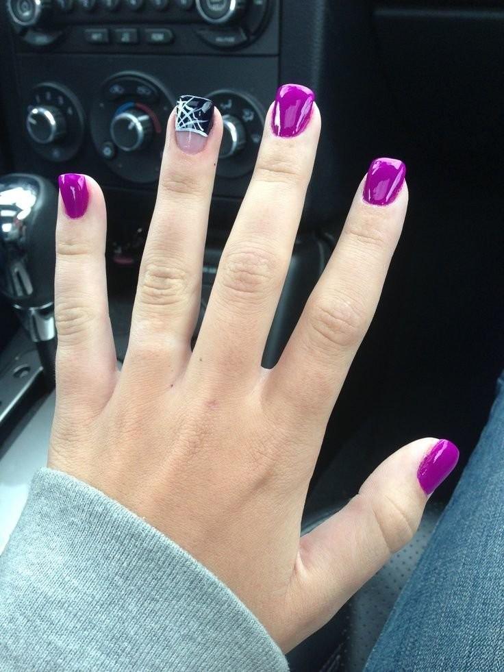 фиолетовый маникюр с принтом на одном пальце