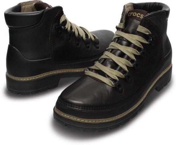 модная мужская обувь осень зима 2018-2019: ботинки черные с зелеными шнурками на каблуке