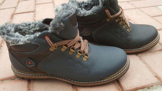 кроссовки серые с красными шнурками и серым мехом внутри