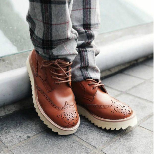 мужская обувь осень зима 2018-2019: ботинки коричневые на белой тракторной подошве