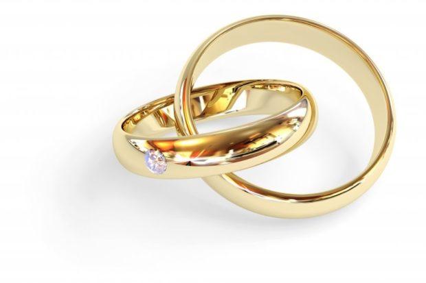 Обручальные кольца 2019-2020: золото простое с камешком