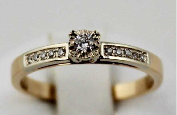 Обручальные кольца 2021: женское на свадьбу с камнем по центру и россыпью по бокам