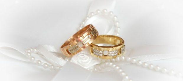 Обручальные кольца 2019-2020: золотые на свадьбу с камушками на женском