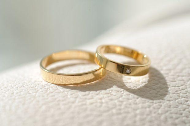 Обручальные кольца 2019-2020: золотые мужское просто женское с камешком