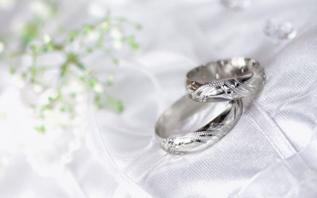 Обручальные кольца 2020-2021: на свадьбу белое золото с узором по контуру
