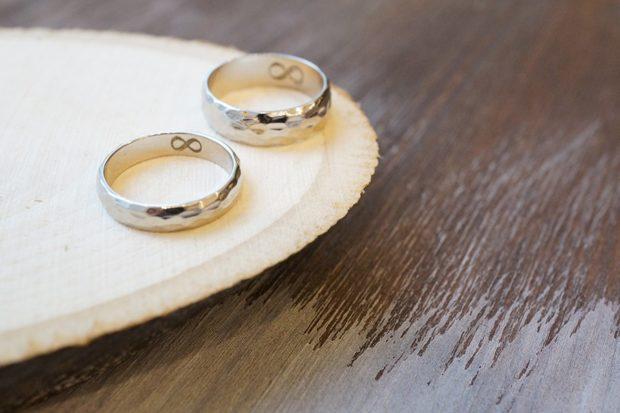 кольца классические из белого золота с гравировкой внутри