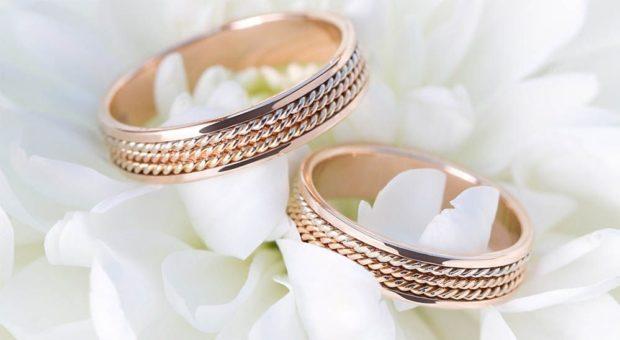 кольца классические из желтого золота с плетением внутри