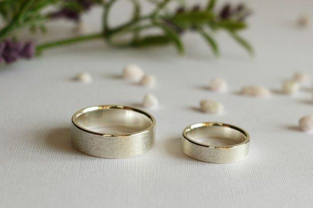кольца классические из белого золота широкие с кантиком из желтого золота
