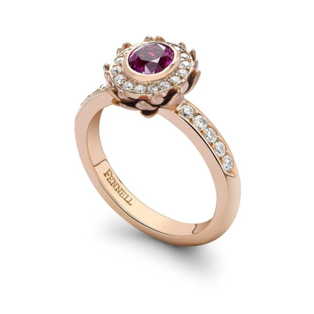 кольцо обручальное из желтого золота с камнем бордовым по центру и россыпью белых камней