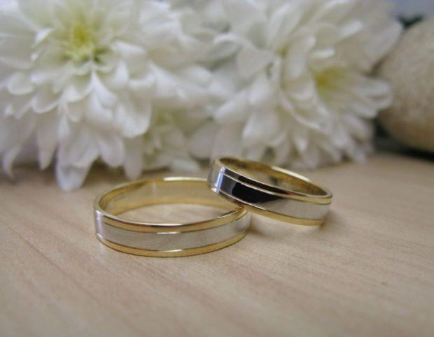 классические кольца из белого и желтого золота