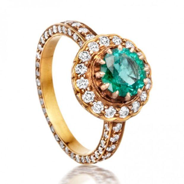 золотое кольцо с зеленым камнем и мелкой россыпью