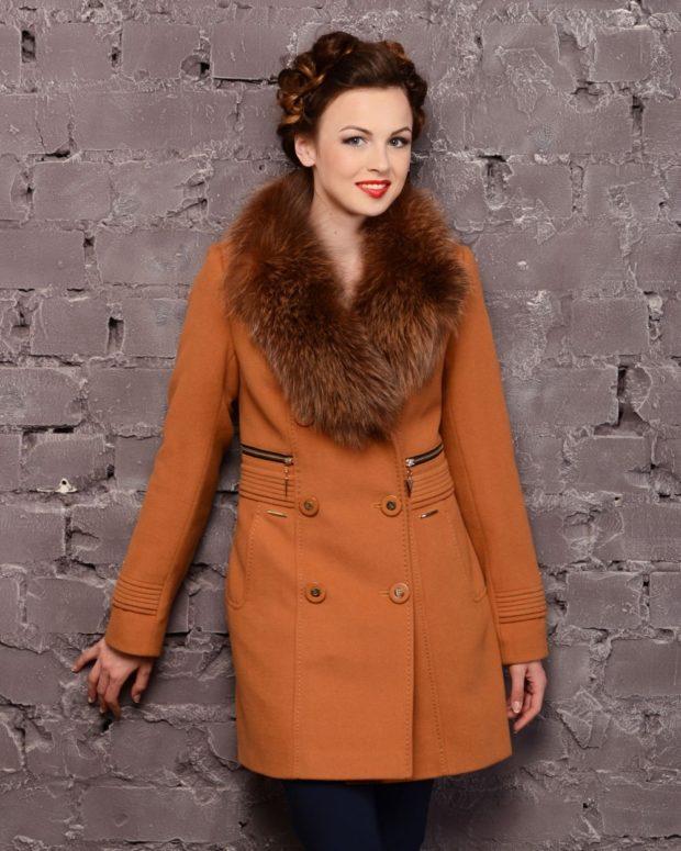 оранжевое пальто с меховым воротником