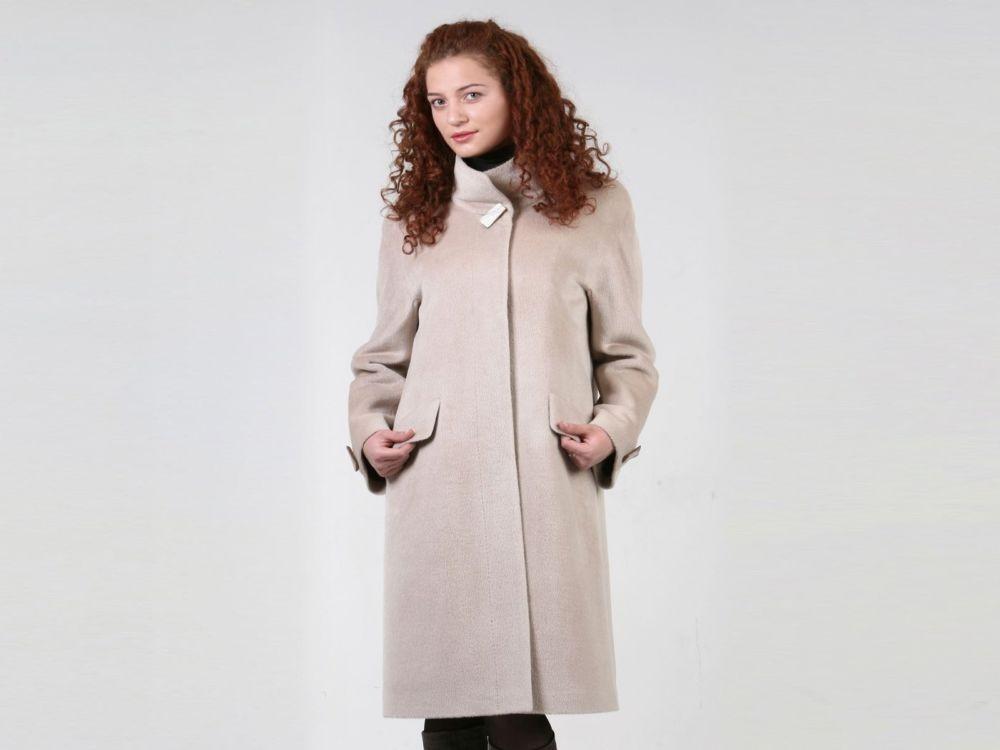 светло бежевое пальто с карманами