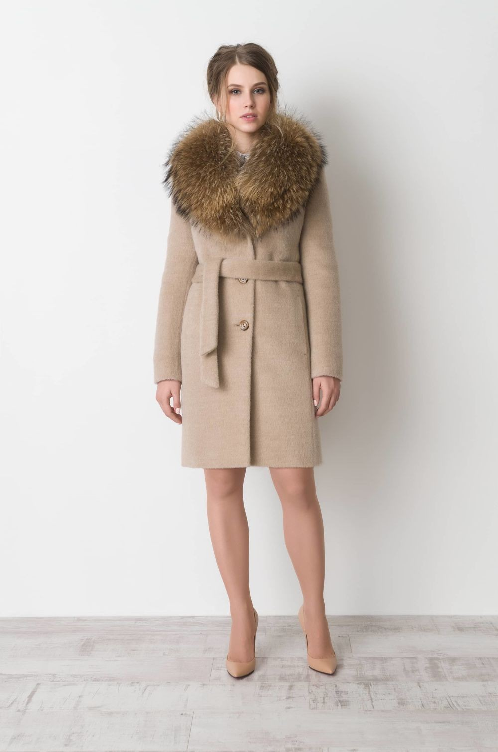 бежевое пальто с меховым воротником и поясом
