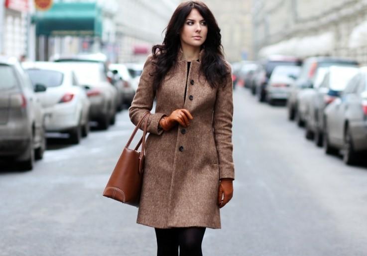 бежевое пальто на пуговицах