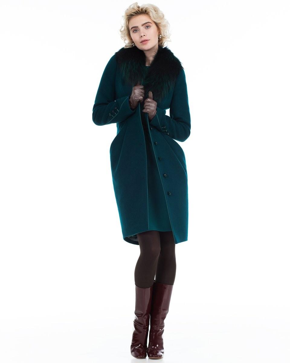 зеленое пальто с воротником из меха