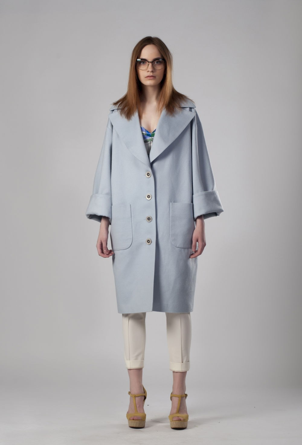 голубое пальто свободное