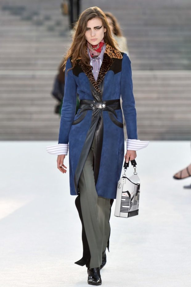 модные женские пальто осень 2021-2022: синие с леопардовым воротником и черным поясом