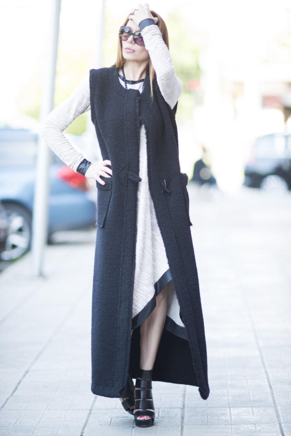 черное пальто без рукавов