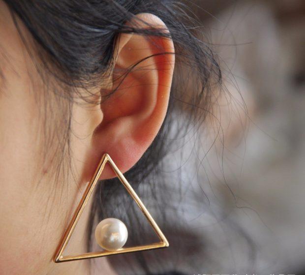 треугольник золотой с жемчугом внутри