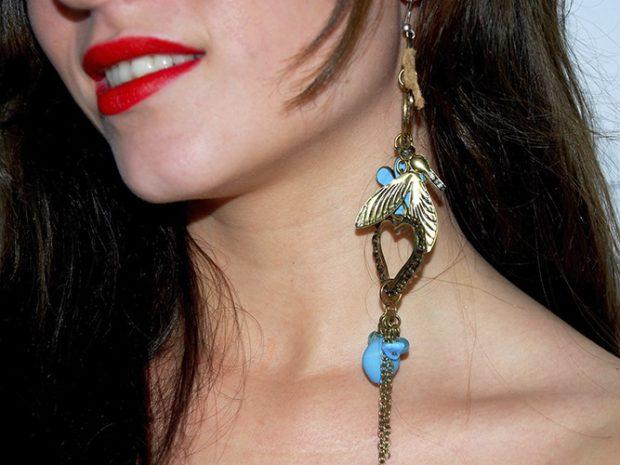 одинокая сережка висячая золото с голубыми камнями