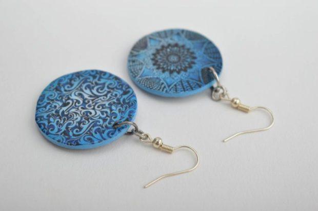 серьги из пластика плоские синие с вензелями